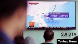 북한은 한국이 사드 배치를 발표한 지 하루만인 9일 함경남도 신포 동남방 해상에서 잠수함탄도미사일(SLBM)로 추정되는 미사일 1발을 발사했다. 서울역에서 시민들이 관련 소식을 전하는 TV뉴스를 보고 있다.
