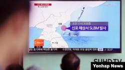Warga Korsel menonton berita peluncuran misil Korut di sebuah layar lebar di Seoul (foto: dok).