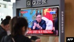 21일 한국 서울역에 설치된 TV에서 김정은 북한 국무위원장 건강이상설 뉴스가 나오고 있다.