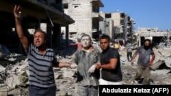 اقوام متحدہ کے انسانی حقوق کے سربراہ کے بقول شام اور اس کے اتحادیوں نے اسکولوں، اسپتالوں اور بازاروں کو فضائی حملوں کے ذریعے نشانہ بنایا۔ (فائل فوٹو)