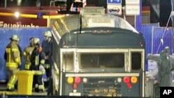 فرینکفرٹ ایرپورٹ کے باہر پولیس کرائم سین کا جائزہ لیتے ہوئے۔