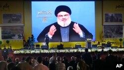 Pemimpin Hizbullah Hassan Nasrallah memberikan pidato melalui televisi di Beirut.