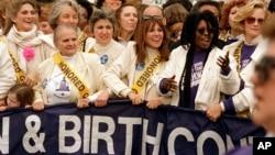 Una foto que data de 1989 muestra como reconocidas actrices se unen a activistas en una protesta por los derechos de la mujer como el aborto y el acceso al control de la natalidad.