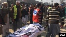 Thi thể một nạn nhân thiệt mạng trong vụ tấn công tại một bệnh viện địa phương ở thị trấn Charsadda, khoảng 35 km bên ngoài thành phố Peshawar, Pakistan, ngày 20/1/2016.