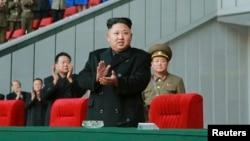 지난달 28일 북한 김정은 국방위원회 제1위원장이 리모델링 공사를 마친 평양 '5월1일 경기장'에서 여자 축구경기를 관람하고 있다.