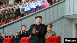28일 북한 김정은 국방위원회 제1위원장이 리모델링 공사를 마친 평양 '5월1일 경기장'에서 여자 축구경기를 관람하고 있다. 북한은 29일 한국 정부가 30일로 제의한 2차 고위급 접촉을 거부했다.