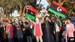 Wa-Libya wakiwakaribisha wapiganaji wa mapinduzi kutoka Misrata wakiwasili Benghazi, Oktoba 22, 2011.