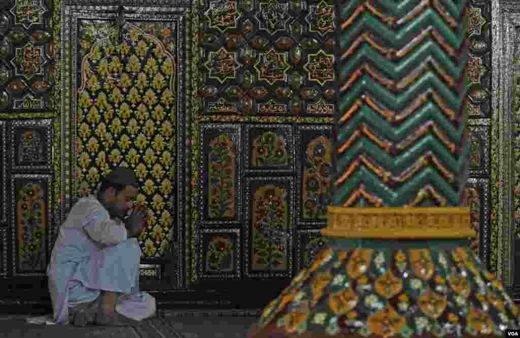 مسجد خانقاہ معلیٰ میں ایک کشمیری عبادت میں مصروف