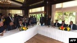 Menteri Luar Negeri Iran Mohammad Javad Zarif (ketiga dari kiri) dan Menteri Luar Negeri Turki Mevlut Cavusoglu (kanan) menghadiri pertemuan di Antalya pada 19 November 2017 sementara diplomat tinggi dari Iran, Rusia dan Turki bertemu untuk membahas perang sipil di Suriah.