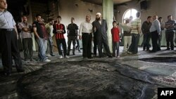 Палестинці перевіряють збитки після пожежі у мечеті на Західному березі