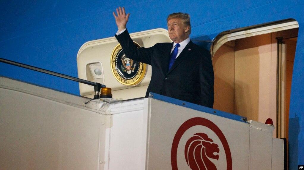 El presidente Donald Trump arriva a la Base Aéra Paya Lebar para una cumbre con el líder norcoreano, Kim Jong Un, el domingo, 10 de junio de 2018.