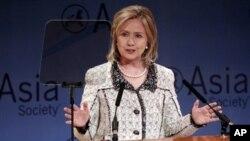 ລັດຖະມົນຕີການຕ່າງປະເທດສະຫະລັດ ທ່ານນາງ Hillary Clinton ກ່າວໃນພິທີໄວ້ອາໄລ ລະລຶກເຖິງທ່ານ Richard Holbrooke ທູດພິເສດສະຫະລັດ ຮັບຜິດຊອບກ່ຽວກັບເລື່ອງ ອັຟການິສຖານ ແລະປາກິສຖານ ທີ່ Asia Society ໃນນະຄອນນິວຢອກ (18 ກຸມພາ 2011)