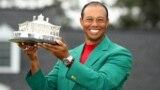 미국 골프 선수 타이거 우즈가 14일 '마스터스 토너먼트'에서 우승한 후 트로피를 들고 환하게 웃고 있다.