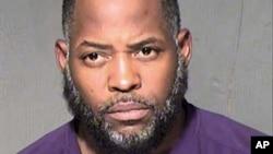 ພາບຖ່າຍນີ້ ທີ່ບໍ່ລະບຸວັນເວລາ ຂອງ ນາຍ Abdul Malik Abdul Kareem ໃນຂະນະທີ່ເຈົ້າໜ້າທີ່ຮັກສາກົດໝາຍ ທຳການ ບັນທຶກຕົວເຂົ້າຄຸມຂັງ ໃນເມືອງ Maricopa, ລັດ Arizona.