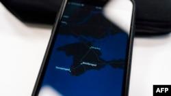 Aplikasi peta Apple menunjukkan Semenanjung Krime di layar ponsel, 28 November 2019. (Foto: AFP)