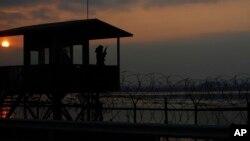 지난 2011년 12월 한국 군 병사가 북한과 근접한 한강 인근에서 경계 근무를 서고 있다. (자료사진)