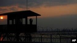 한국 군이 북한과 접경 지역에서 야간 경계 근무를 서고 있다. (자료사진)