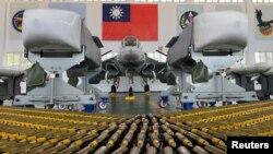 台湾澎湖马公空军基地的一架自治防卫战机和空对地巡航导弹 ( 2020年9月22日)