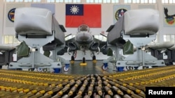 台灣澎湖馬公空軍基地的一架戰機和空對地巡航導彈( 2020年9月22日)