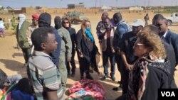 Alexandra Morielli, représentante du HCR au Niger lors de sa visite sur le camp des demandeurs d'asile incendie à Agadez, le 7 Janvier 2020. (Courtesy photo/Air infos Agadez)