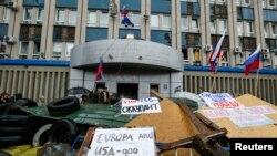Anti-zapadni slogani na barikadama ispred vladine zgrade koju su zauzeli pro-ruski separatisti u Luhansku.