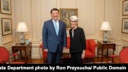 웬디 셔먼(오른쪽) 미 국무부 부장관이 지난 6월 워싱턴을 방문한 최종건 한국 외교부 1차관과 회동하고 있다. (자료사진)