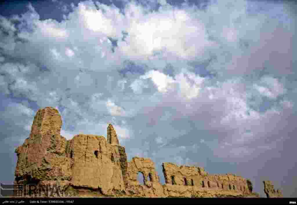 شهر تاریخی «زاهدان کهنه» در۲۷ کیلومتری شرق زابل واقع شده است.