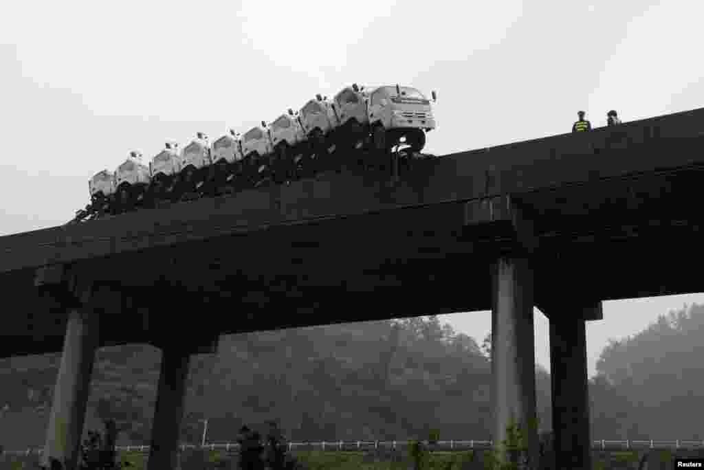 중국 귀주성의 한 다리에 트럭을 가득 실은 트레일러가 위태롭게 걸려있다. 다행히 인명피해는 없었다.