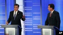 1月7号,前麻萨诸塞州州长罗姆尼(左)和前宾夕法尼亚州参议员桑托罗姆在麻萨诸塞州辩论会上。