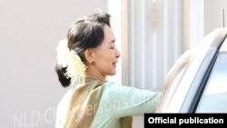 ေဒၚေအာင္ဆန္းစုၾကည္ ေနအိမ္မွ ထြက္ခြာစဥ္။ (ဇန္နဝါရီလ ၂၃၊ ၂၀၁၄) Credit to NLD Chairperson