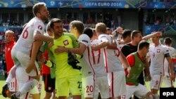 Les joueurs de la Pologne célèbrent leur victoire sur la Suisse en match des 8es des finales de l'Euro 2016 au Stade Geoffroy Guichard à Saint-Etienne, France, 25 juin 2016. epa / SERGEY Dolzhenko