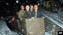 Regu penyelamat memasuki tambang batu bara Yuanhua di Jixi, provinsi Heilongjian, pasca ledakan gas, 26 November 2006 (Foto: China's Xinhua News Agency/dok). Sedikitnya 21 penambang dilaporkan tewas dalam kebakaran yang terjadi di pertambangan ini, Jumat malam (20/11).