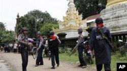 버마 서부 라카인 주의 종교 분쟁 지역을 순찰 중인 경찰. (자료사진)
