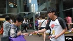 學民思潮發起人之一林朗彥(右)向途人派發宣傳學民思潮政改方案的單張 (美國之音湯惠芸拍攝)