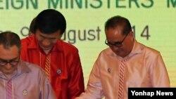 ARF에 참석한 윤병세 외교부 장관이 9일 리수용 북한 외무상과 악수하고 있다.
