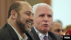 Azzam al-Ahmad agoch ki nan tèt gwoup Fatah a ak Mousa Abu Marzookki se yon manm Hamas REUTERS/Asmaa Waguih (EGYPT - Tags: POLITICS)