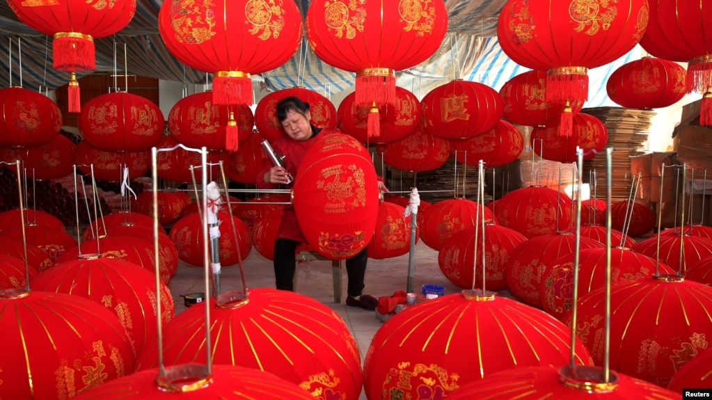中国安徽省的一个灯笼作坊里工人在制作灯笼。(2019年12月11日)(photo:VOA)