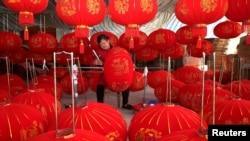 中國安徽省的一個燈籠作坊里工人在製作燈籠。 (2019年12月11日)