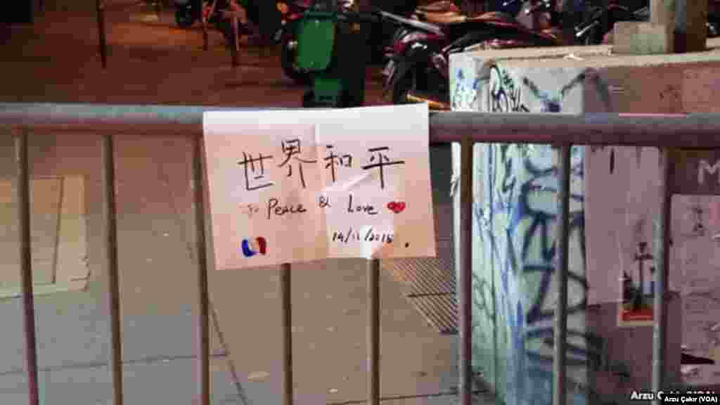 Messages at a memorial in in front of Bataclan concert hall in Paris, Nov 14, 2015 (VOA/Arzu Çakır)