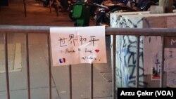 Pesan di sebuah memorial di Paris.