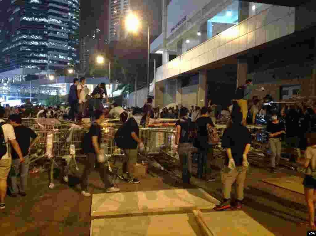 数以百计占中支持者在金钟道从中银大厦至警察总部长达150的路段上加固多处路障 (美国之音海彦 拍摄)