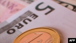 Lo ngại về kinh tế châu Âu khiến giá chứng khoán hạ, giá vàng tăng
