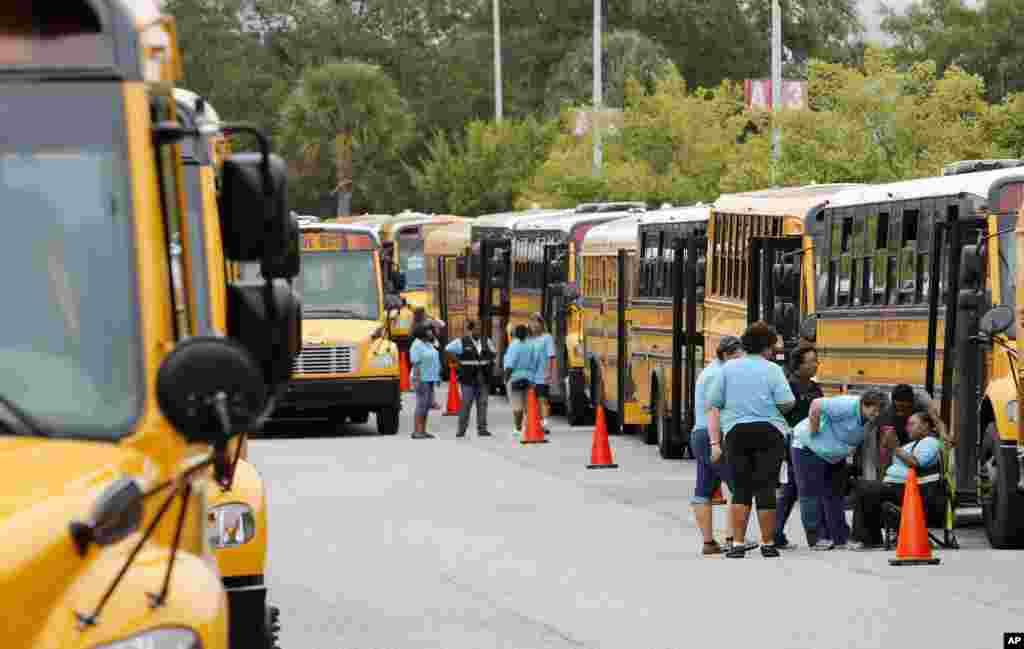 Bus-bus sekolah di lapangan parkir sekolah di Greenville, South Carolina, yang akan dipakai mengevakuasi warga menjelang Badai Matthew (5/10). (AP/Mic Smith)