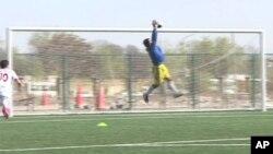 حمیدالله دروازه بان تیم ملی فوتبال افغانستان هنگام مهار توپ در جریان تمرین دیده میشود.