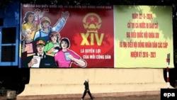 Áp phích kêu gọi cử tri đi bầu cử trên đường phố ở Hà Nội.