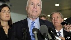 """McCain respondió en Twitter: """"tranquilos amigos, ¿no pueden aceptar una broma?""""."""