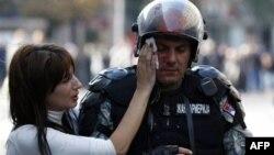U sukobima u Beogradu povređen je veliki broj policajaca