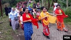Perarakan anak-anak suku Tengger menuju hutan di Desa Andonosari, Kecamatan Tutur, untuk mengikuti Kirab Budaya dan Kenduri Alas (Foto: VOA/Petrus).