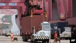 중국 닝보 항구의 화물 트럭. (자료사진)