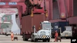 지난 7월 중국 닝보항의 컨테이너 트럭. (자료사진)